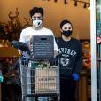 Exclusif - Demi Lovato et son nouveau compagnon Max Ehrich portent des masques et gants en latex pour aller faire des courses chez Erewhon pendant l'épidémie de coronavirus (Covid-19) à Los Angeles.