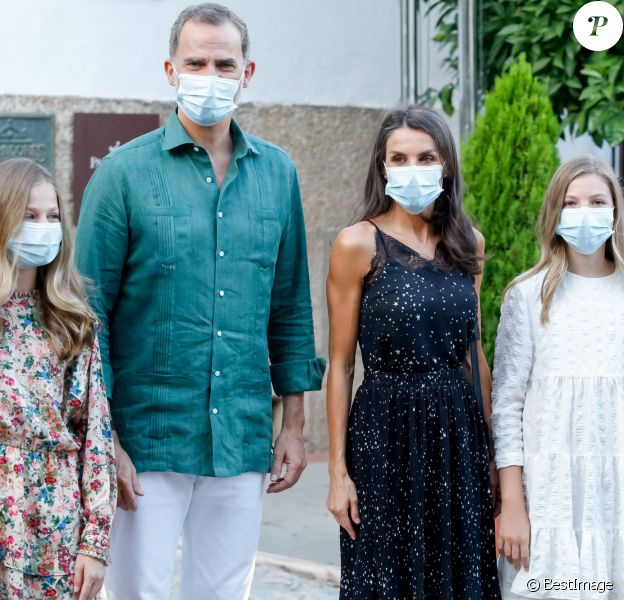 Le roi Felipe d'Espagne, la reine Letizia et leurs filles la princesse Leonor des Asturies et l'infante Sofia en visite à Mérida le 22 juillet 2020.