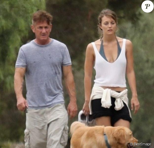 Exclusif - Sean Penn et sa jeune compagne Leila George promènent leur chien dans le quartier de Malibu à Los Angeles, le 26 septembre 2019