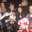 Jean-Paul Belmondo, Carlos Sotto Mayor, Serge Gainsbourg, Guy Marchand et Coluche fêtent la sortie de l'album de Carlos Sotto Mayor lors d'une soirée à Paris en 1985.