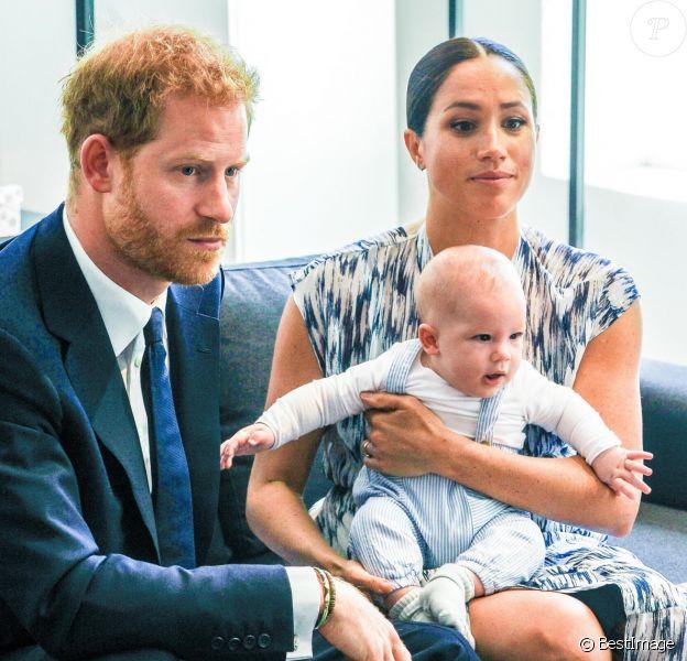 Le prince Harry et Meghan Markle présentent leur fils Archie à Desmond Tutu à Cape Town, Afrique du Sud en 2019.