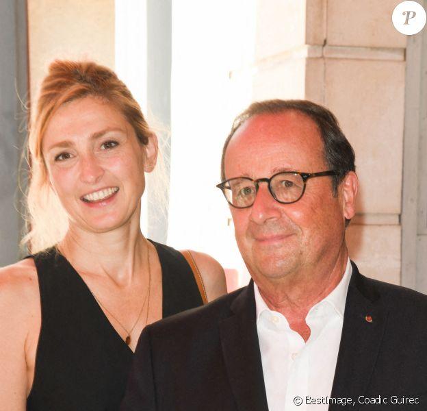 """Julie Gayet (productrice du film """"Les Joueuses"""") et son compagnon François Hollande - François Hollande croise les acteurs du film """"Les Joueuses"""" au restaurant """"Chez Paul"""" en marge du Festival du film Francophone d'Angoulême 2020. © Coadic Guirec / Bestimage"""