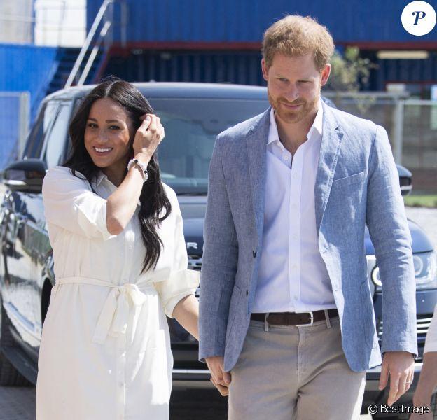 Le prince Harry, duc de Sussex, et Meghan Markle, duchesse de Sussex, rencontrent des jeunes entrepreneurs locaux à Tembisa près de Johannesburg, en octobre 2019, lors de leur dernier jour en Afrique du Sud.