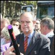 Frederic Mitterrand en pleine forme à la techno-parade... ne sait pas trop à quoi sert cet objet !