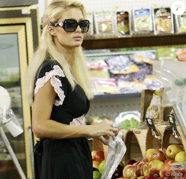 Paris Hilton fait son marché... et passerait presque inaperçue !