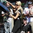 Presque incognito devant... 10 photographes, Paris Hilton charge sa voiture !
