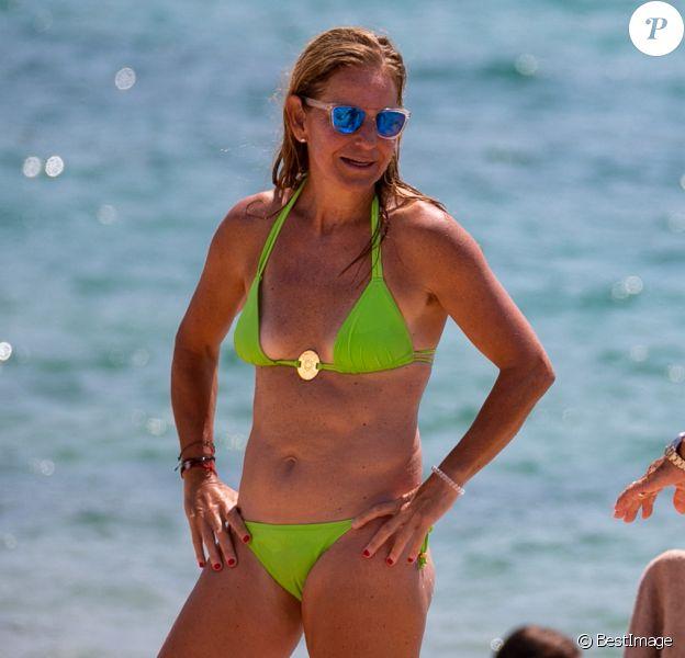 Exclusif - L'ex-tenniswoman Arantxa Sánchez Vicario profite d'une journée ensoleillée sur la plage à Costa Brava (août 2020).
