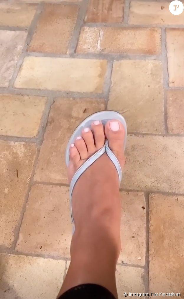Kim Kardashian filme ses pieds pour montrer aux internautes qu'elle possède bien cinq orteils et non six. Septembre 2020.