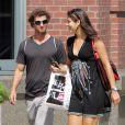 Ana Ivanovic et Adam Scott profitent du soleil new-yorkais pour une séance de shopping dans les rues de SoHo.