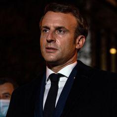 Le président français Emmanuel Macron s'exprime le 16 octobre 2020, devant le collège du Bois d'Aulne à Conflans Saint-Honorine, à 30 km au nord-ouest de Paris, après qu'un enseignant a été décapité par un assaillant qui a été abattu par des policiers. - Les procureurs antiterroristes français ont déclaré vendredi qu'ils enquêtaient sur une agression dans laquelle un homme avait été décapité à la périphérie de Paris et l'attaquant abattu par la police. L'attaque s'est produite vers 17 heures (15h00 GMT) près d'une école à Conflans Saint-Honorine, une banlieue ouest de la capitale française. L'homme décapité était un professeur d'histoire qui avait récemment montré des caricatures du prophète Mahomet en classe. Les procureurs français traitent l'attaque comme un incident terroriste, ce qui coïncide avec le procès des complices présumés des assaillants de Charlie Hebdo de 2015 et survient des semaines après qu'un homme a blessé deux personnes qui, selon lui, travaillaient pour le magazine. © Abdulmonam Eassa / Pool / Bestimage