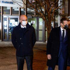 Jean-Michel Blanquer, ministre de l'Education - Le président français Emmanuel Macron s'exprime le 16 octobre 2020, devant le collège du Bois d'Aulne à Conflans Saint-Honorine, à 30 km au nord-ouest de Paris, après qu'un enseignant a été décapité par un assaillant qui a été abattu par des policiers. - Les procureurs antiterroristes français ont déclaré vendredi qu'ils enquêtaient sur une agression dans laquelle un homme avait été décapité à la périphérie de Paris et l'attaquant abattu par la police. L'attaque s'est produite vers 17 heures (15h00 GMT) près d'une école à Conflans Saint-Honorine, une banlieue ouest de la capitale française. L'homme décapité était un professeur d'histoire qui avait récemment montré des caricatures du prophète Mahomet en classe. Les procureurs français traitent l'attaque comme un incident terroriste, ce qui coïncide avec le procès des complices présumés des assaillants de Charlie Hebdo de 2015 et survient des semaines après qu'un homme a blessé deux personnes qui, selon lui, travaillaient pour le magazine. © Abdulmonam Eassa / Pool / Bestimage