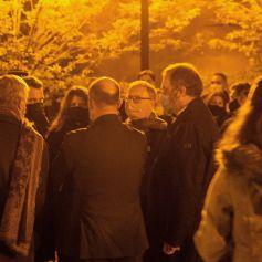 Marlène Schiappa - Le président français Emmanuel Macron s'exprime le 16 octobre 2020, devant le collège du Bois d'Aulne à Conflans Saint-Honorine, à 30 km au nord-ouest de Paris, après qu'un enseignant a été décapité par un assaillant qui a été abattu par des policiers. - Les procureurs antiterroristes français ont déclaré vendredi qu'ils enquêtaient sur une agression dans laquelle un homme avait été décapité à la périphérie de Paris et l'attaquant abattu par la police. L'attaque s'est produite vers 17 heures (15h00 GMT) près d'une école à Conflans Saint-Honorine, une banlieue ouest de la capitale française. L'homme décapité était un professeur d'histoire qui avait récemment montré des caricatures du prophète Mahomet en classe. Les procureurs français traitent l'attaque comme un incident terroriste, ce qui coïncide avec le procès des complices présumés des assaillants de Charlie Hebdo de 2015 et survient des semaines après qu'un homme a blessé deux personnes qui, selon lui, travaillaient pour le magazine. © Abdulmonam Eassa / Pool / Bestimage