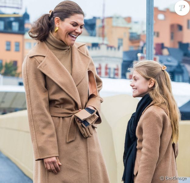 La princesse Victoria de Suède et sa fille la princesse Estelle de Suède - La famille royale de Suède à l'inauguration du pont Slussbron à Stockholm en Suède