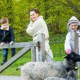 La princesse Victoria de Suède, le prince Oscar et la princesse Estelle visitent un enclos de moutons au château de Haga à Solna le 18 mai 2020.
