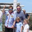 Elton John, son mari David Furnish et leurs fils Elijah et Zachary sont au Club 55 à Saint-Tropez, le 6 août 2017, pendant leurs vacances