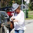 Rebecca Gayheart sort d'un déjeuner dans son restaurant préféré King's Road Cafe avec une amie dans Los Angeles le 30 septembre 2009