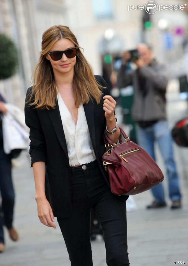 Le top model Miranda Kerr en balade à Paris non loin d'Orlando Bloom au moment de la Fashion Week le 30 septembre 2009