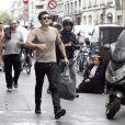Orlando Bloom en balade à Paris non loin de sa compagne Miranda Kerr au moment de la Fashion Week le 30 septembre 2009