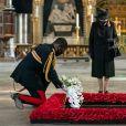La reine Elizabeth II d'Angleterre rend hommage au soldat inconnu à l'abbaye de Westminster à Londres le 7 novembre 2020.