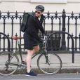 Exclusif - Richard Madden monte sur son vélo dans les rues de Londres, le 19 octobre 2019.