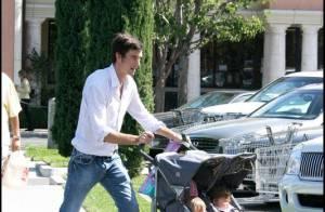 Jerry O'Connell, jamais sans ses deux adorables jumelles, est à la recherche... de couches ! Elle fait quoi la maman ?
