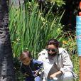 Exclusif - Moments complices entre Eva Longoria et son fils Santiago, 1 an, dans un parc de Los Angeles, le 14 juin 2020.