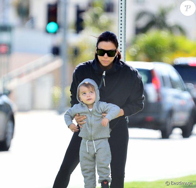 Exclusif - Eva Longoria, son mari Jose Baston et leur fils Santiago s'offrent une balade en extérieur à Los Angeles en pleine épidémie de coronavirus