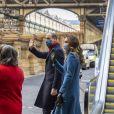 Le prince William et Catherine Kate Middleton, duchesse de Cambridge, arrivent en train à la gare d'Édimbourg-Waverley lors du deuxième jour de leur tournée à travers le Royaume-Uni, le 7 décembre 2020. Le couple est accueilli par Sandra Cumming et la joueuse de cornemuse Louise Marshall.