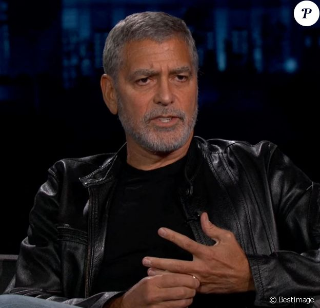 George Clooney révèle qu'il se coupe lui-même les cheveux depuis des années avec un Flowbees dans l'émission Jimmy Kimmel Live! à Los Angeles, décembre 2020.