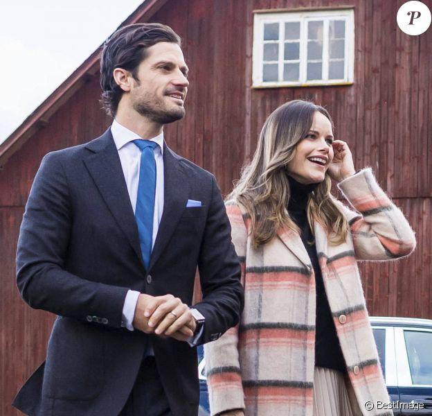 """Le prince Carl Philip et la princesse Sofia (Hellqvist) de Suède se rendent à la ferme restaurant """"Kulinarika"""" à Västra Ämtervik dans la municipalité de Sunne, automne 2020, en pleine épidémie de coronavirus (Covid-19)."""