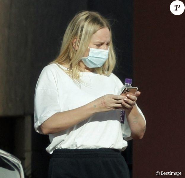 Exclusif - Sia, aperçue avec un masque de protection, à la sortie d'un studio d'enregistrement de Palm Springs avec Eddie Benjamin, le 27 avril 2020.