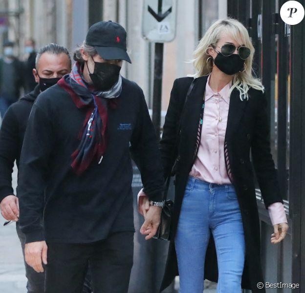 Exclusif - Laeticia Hallyday et son compagnon Jalil Lespert sortent de chez Jalil à Paris pour aller à la pharmacie, alors que Carl met les valises dans la voiture pour repartir avec les enfants de Jalil (Aliosha et Kahina) se confiner à Marnes-la-Coquette, automne 2020.