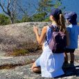 Le prince Carl Philip et la princesse Sofia (ici avec son fils Gabriel sur les falaises du détroit de Kalmar) sont restés en Suède au cours de l'été 2020, coronavirus oblige, et ont partagé avec leurs abonnés Instagram quelques-uns des endroits où ils se sont promenés et ressourcés avec leurs fils le prince Alexander et le prince Gabriel. © Instagram Prinsparet