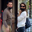 Katie Holmes et son compagnon Emilio Vitolo Jr s'embrassent devant son restaurant à New York.