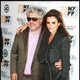 Pedro Almodovar et Penélope Cruz lors de la première du film Etreintes Brisées à New York le 11 octobre 2009