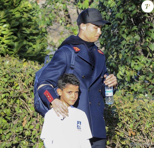 Cristiano Ronaldo se promène avec sa compagne Georgina Rodriguez et son fils Cristiano Jr. à Madrid