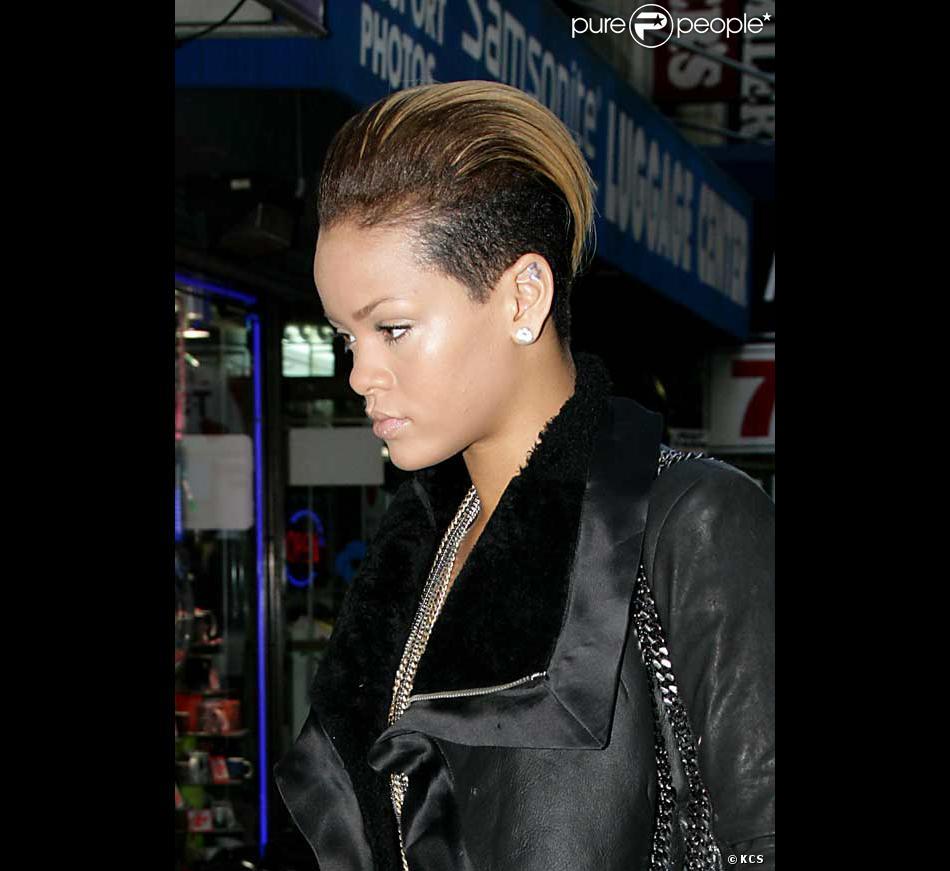 Rihanna et sa nouvelle coiffure ultra gominée !...