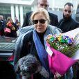 Exclusif - Sylvie Vartan arrive en compagnie de son chien Muffin, au théâtre Royal de Mons en Belgique pour donner un concert en hommage à Johnny Hallyday. Le 18 novembre 2018.