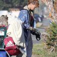 Exclusif - Loni Willison, ancienne actrice de Alerte à Malibu et désormais sans-abri, rôde dans les rues de Santa Monica avec ses affaires sur un chariot le 18 janvier 2021.