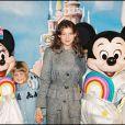 Laetitia Casta et sa soeur Marie-Ange à Disneyland Paris en 1997.