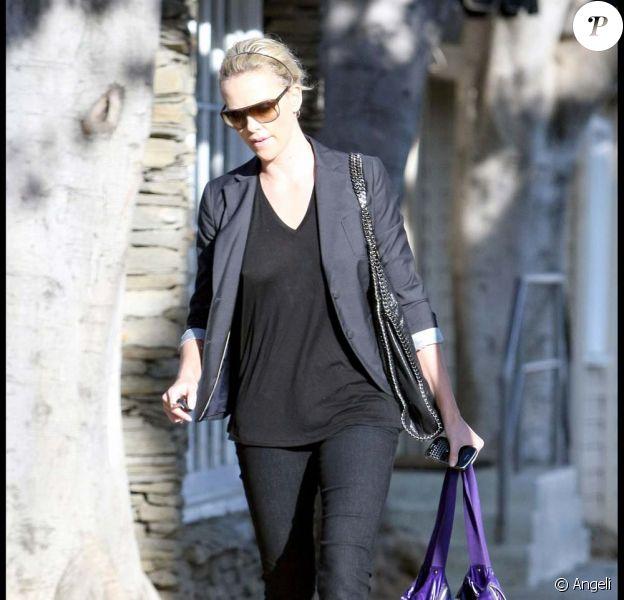 Charlize Theron dans les rues de West Hollywood, le 19 octobre 2009 !