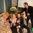 Kate Hudson, habillée d'une robe Louis Vuitton, suit la cérémonie des Golden Globes avec son compagnon Danny Fujirawa, leur fille Rani, sa mère Golden Hawn et son frère Oliver Hudson. Le 28 février 2021.