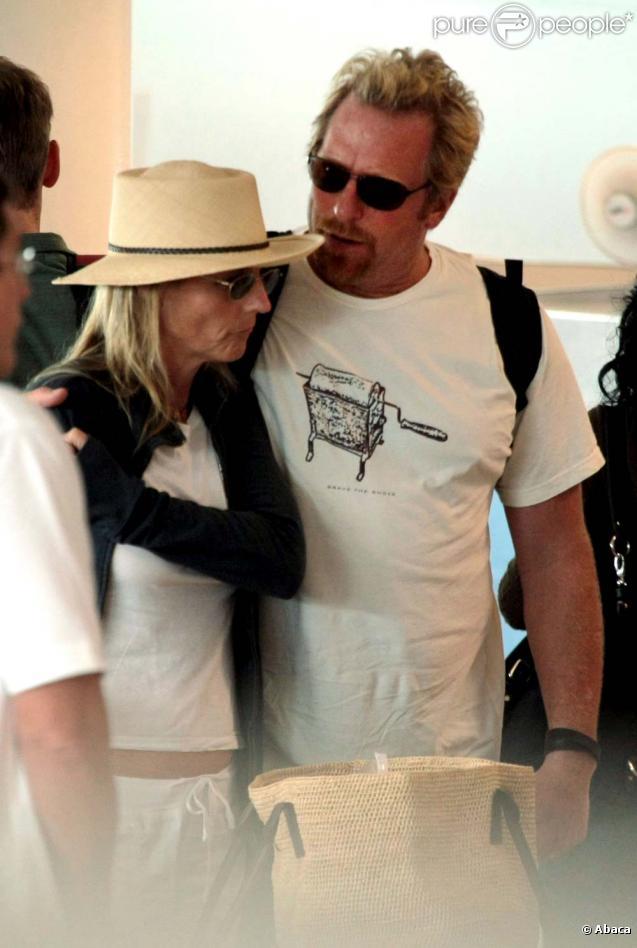 Helen Hunt et son compagnon Matthew Carnahan à l'aéroport de Mexico City le 23 octobre 2009 !