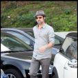 Brad Pitt laisse tomber la moto pour une Chevrolet Camaro SS, le 26 octobre 2009 à Los Angeles.
