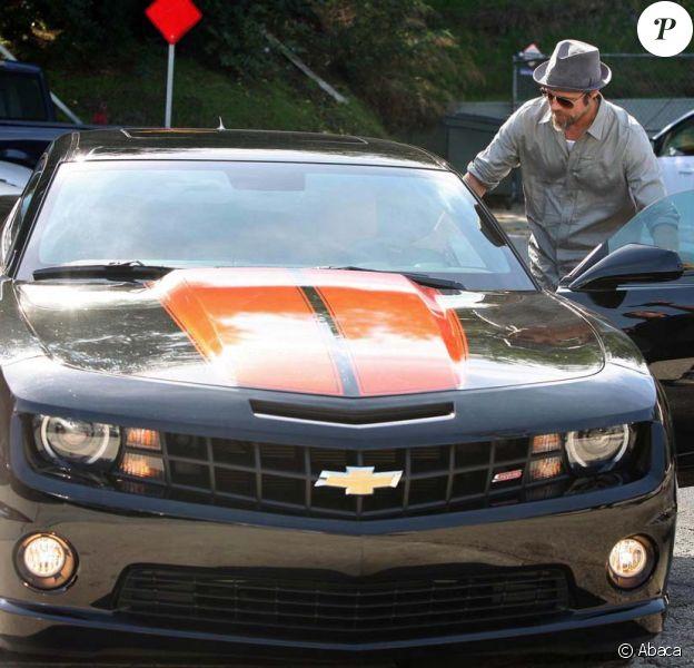 Brad Pitt avec sa nouvelle Chevrolet Camaro SS, le 24 octobre 2009 à Los Angeles !