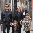 Ioan Gruffudd fait du shopping avec sa femme Alice Evans et leurs filles Ella et Elsie à Los Angeles, le 23 décembre 2017.