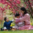 La reine du Bhoutan Jetsun Pema avec ses deux fils, dans les jardins du palais Lingkana.