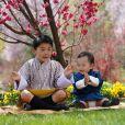 Jigme Ugyen Wangchuck (en bleu) et son grand frère le prince Jigme Namgyel Wangchuck, les deux enfants du roi Jigme Khesar et son épouse Jetsun Pema, dans les jardins du palais Lingkana, le 18 mars 2021.