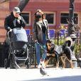 Première sortie avec bébé : Emily Ratajkowski et son mari Sebastian Bear-McClard se promènent avec leur nouveau-né Sylvester Apollo Bear et leur chien Colombo dans les rues de New York.