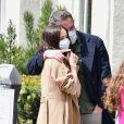 Ben Affleck et sa compagne Ana de Armas, qui portent des masques de protection, vont acheter quelques donuts pendant l'épidémie de Coronavirus Covid-19 le 18 avril 2020 à Santa Monica.